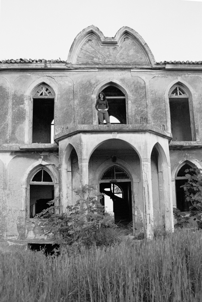vg 060 bw 21 st 1998  Eleni inside the house of Skouze