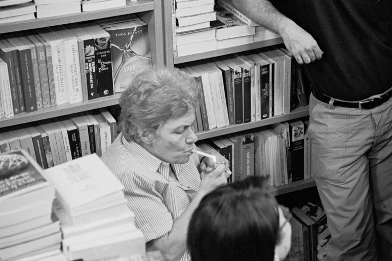 vg b107 bw 01 st 2001 Kiki Dimoula at Nautilos bookshop