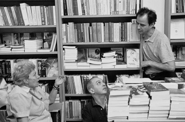 vg b107 bw 03 st 2001 Kiki Dimoula at Nautilos bookshop