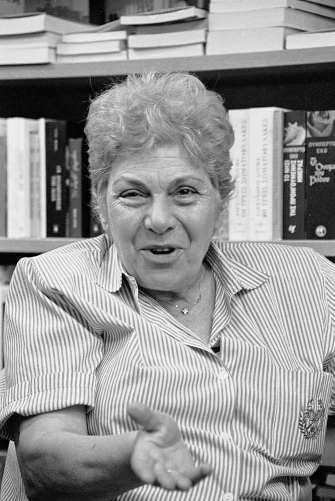 vg b107 bw 04 st 2001 Kiki Dimoula at Nautilos bookshop
