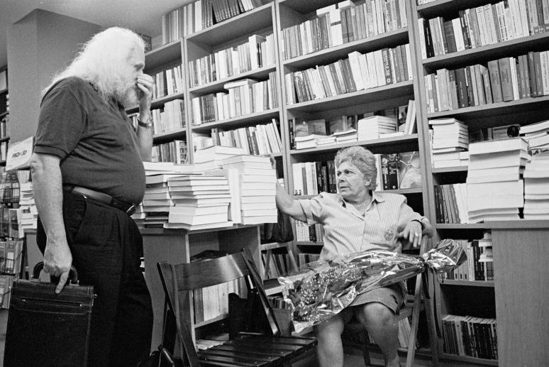 vg b107 bw 05 st 2001 Kiki Dimoula at Nautilos bookshop