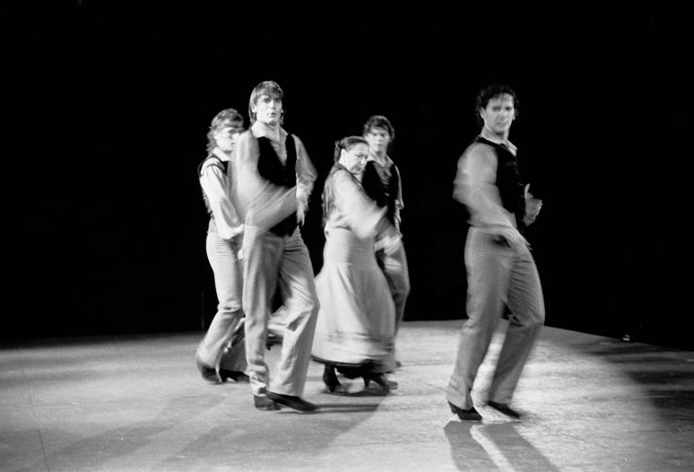 vg b125 bw 07 st 2001 oyos and group at licavitos theater