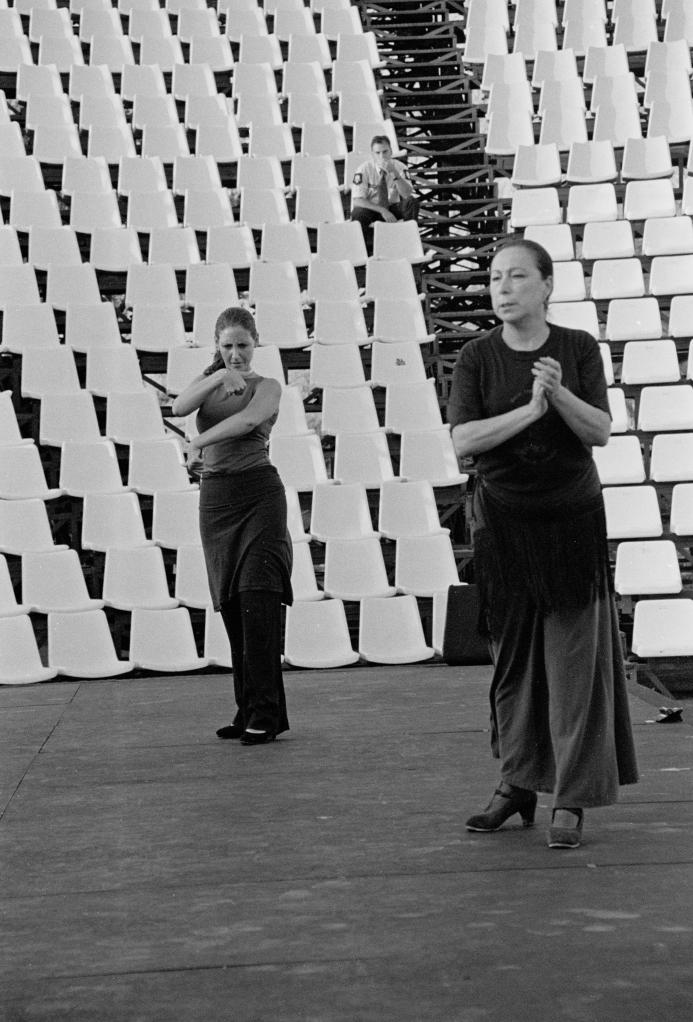 vg b127 bw 14 st 2001 oyos and group at licavitos theater
